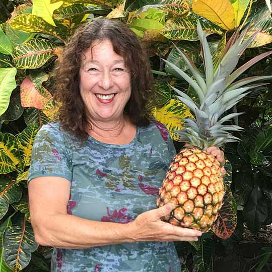 Lisa Bunge with a pineapple